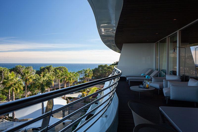 Blick von einer der geräumigen Balkone im Hotel Alàbriga. Jede der 29 Suiten bietet Meerblick / © Alabriga