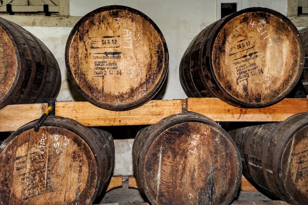 Guter Rum lagert für viele Jahr in alten Eichenfässern, wie hier bei der Rum Destillerie Takamaka auf den Seychellen