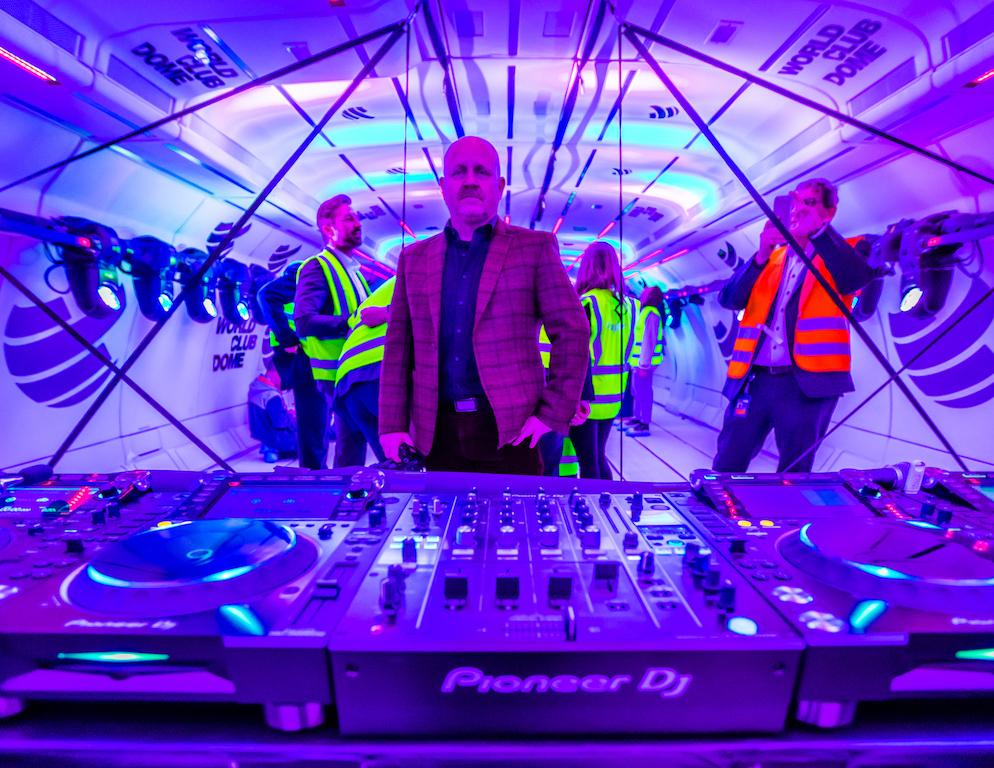 Am Sonntag, einen Tag vor dem Zero G Flug, waren die Einbauten - von beweglichen Discolichtern, über das große DJ-Mischpult bis hin zu gigantischen Boxen - schon sicher verzurrt