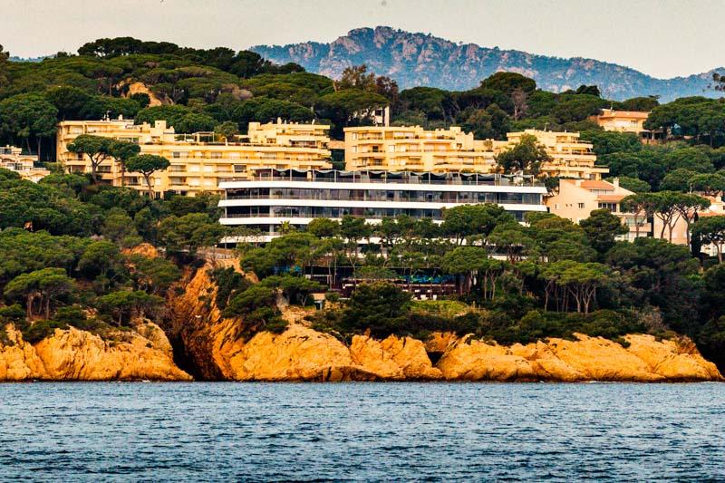 Das Alabriga Hotel & Home Suites liegt wie eine Yacht vor Anker. Die mediterrane Umgebung lebt von dem Kontrast zwischen den grünen Hügel des Hinterlandes und dem tiefen Blau des Mittelmeers / © FrontRowSociety.net, Foto: Georg Berg