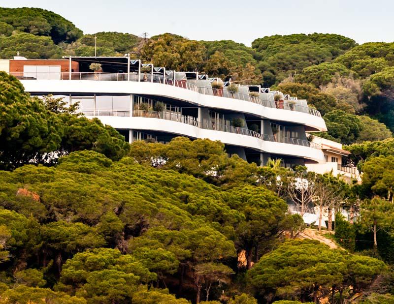 Jede Suite verfügt über einen großzügigen Balkon mit Meerblick, Sitz- und Liegeplätzen und einem alten Olivenbaum / © FrontRowSociety.net, Foto: Georg Berg