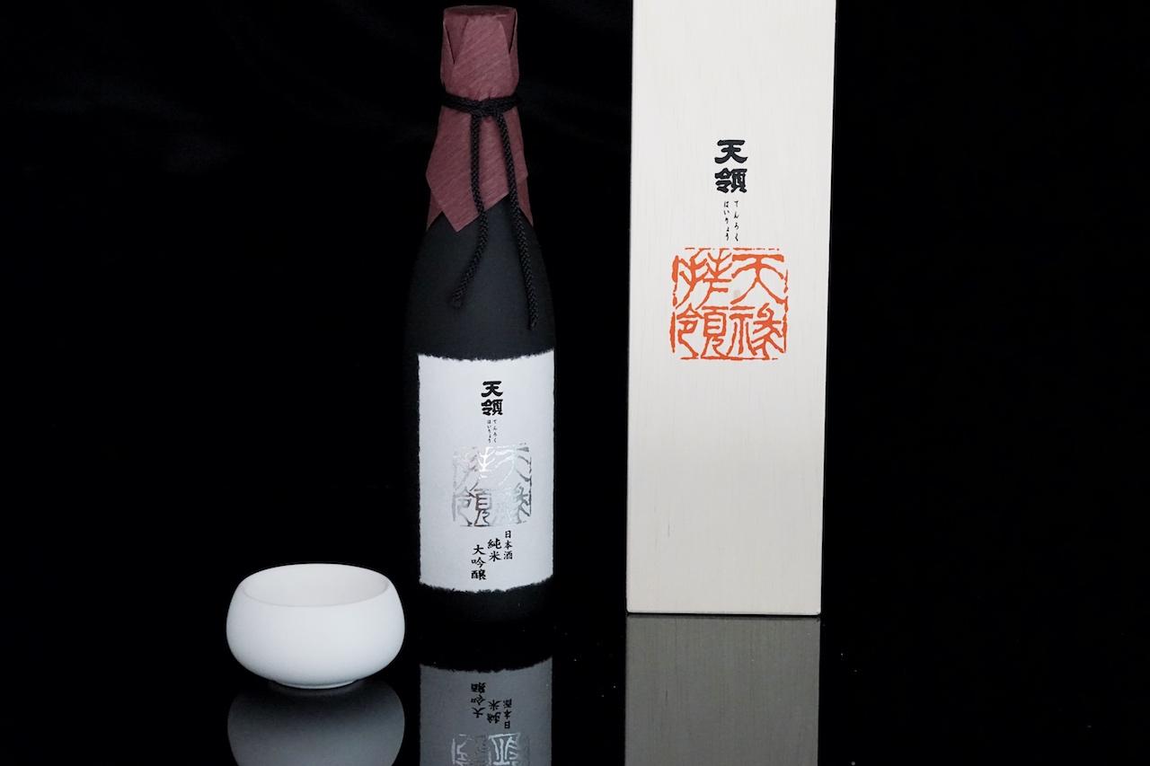 Sake Daiginjo Tenroku-hairyo sollte in großen, luftigen Behältnissen aus Glas, Keramik oder Holz serviert werden...