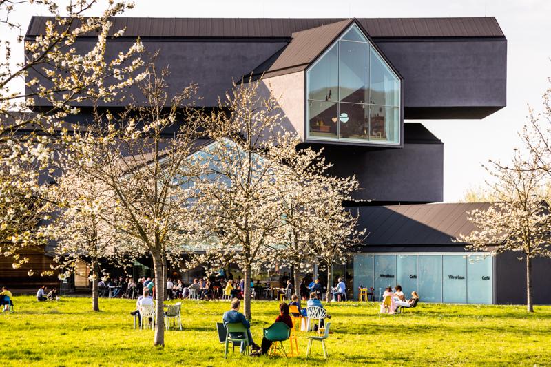 Das wohl prägnanteste Gebäude auf dem Vitra Campus ist das Vitra Haus der Architekten Herzog & de Meuron von 2010. Es ist der Flagshipstore von Vitra, gefüllt mit Wohnwelten aus der Home Collection zum Ordern oder direkt kaufen / © FrontRowSociety.net, Foto: Georg Berg