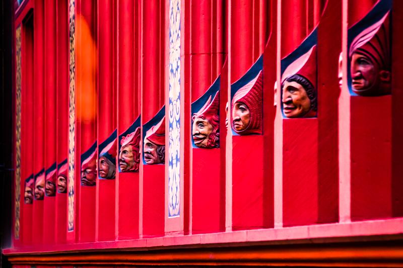 Detail am Roten Rathaus von Basel. Es liegt in direkt am Marktplatz und der Vorhof ist frei zugänglich / © FrontRowSociety.net, Foto: Georg Berg