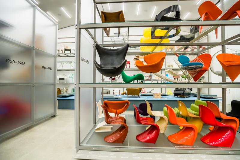 Im Vitra Schaudepot werden eine Auswahl von Schlüsselobjekten des Möbel-Designs gezeigt. Hier eine Reihe Panton Chairs von Verner Panton. Das Schaudepot archiviert den kompletten Nachlass des dänischen Designers Verner Panton / © FrontRowSociety.net, Foto: Georg Berg