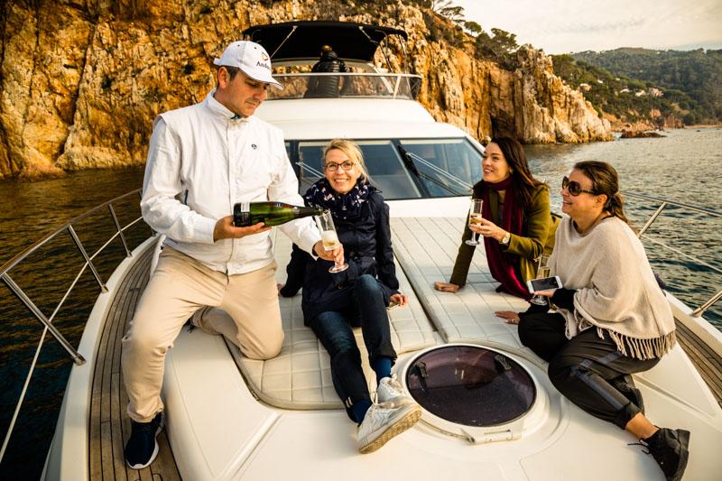Noch ist es etwas kühl an Bord, aber schon bald können Gäste die hauseigene Yacht für Bade- oder Schnorchelausflüge buchen / © FrontRowSociety.net, Foto: Georg Berg