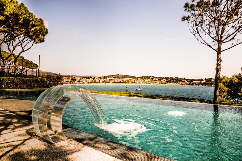 Das Must-have eines jeden Luxushotels, der Infintiy-Pool im Alàbriga Sea Club mit Blick auf die Bucht von Sant Feliu de Guìxols / © FrontRowSociety.net, Foto: Georg Berg