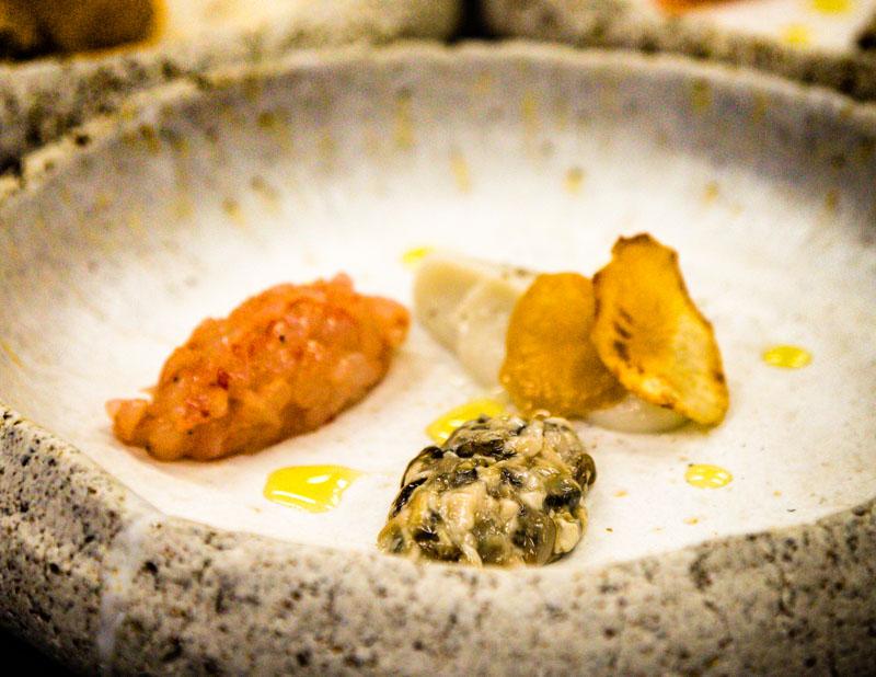 Tatar aus roten Garnelen und Austern an Topinambur Creme. Die roten Garnelen sind eine Spezialität der Region und werden täglich auf der Fischauktion von Palamos gehandelt / © FrontRowSociety.net, Foto: Georg Berg