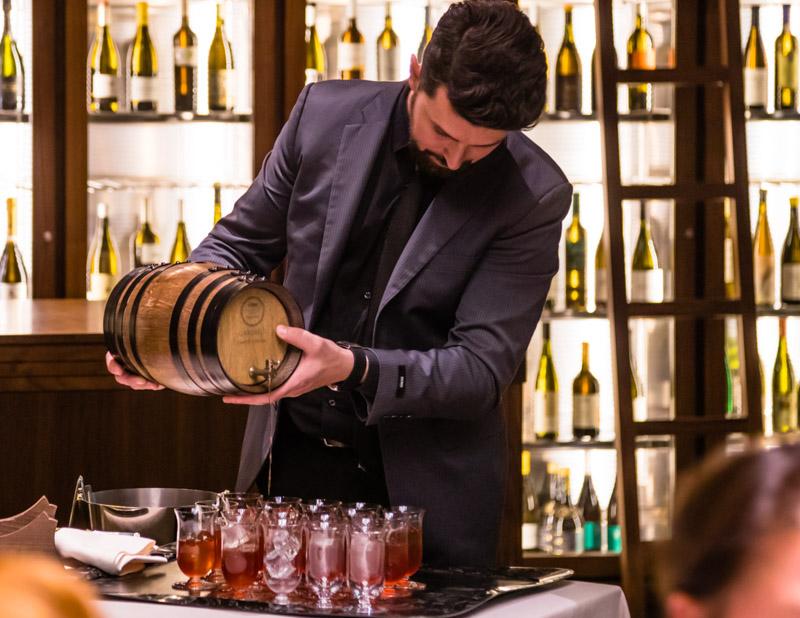 Große Weinkarte und großer Weinkühlschrank dazu noch eine Bar mit großer Auswahl an Spirituosen sowie Kaffee und Tee aus aller Welt / © FrontRowSociety.net, Foto: Georg Berg