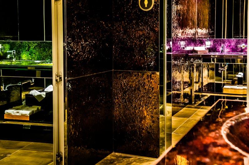 Es ist nicht alles Gold was glänzt! Doch im Hotel Alàbriga schon. Die Waschbecken funkeln goldig, strahlen blau oder leuchten grün, kupfer oder violett / © FrontRowSociety.net, Foto: Georg Berg