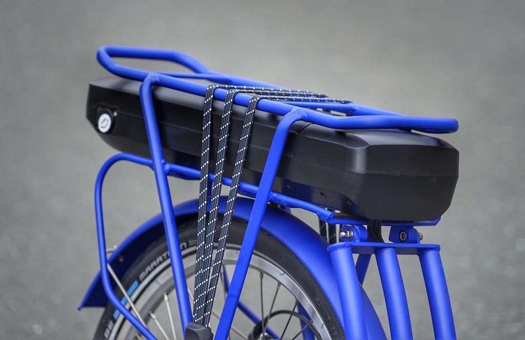Auf dem hinteren Träger kann - wie bei jedem anderen Bike - Gepäck mitgenommen werden; auch Gepäcktaschen kann man montieren