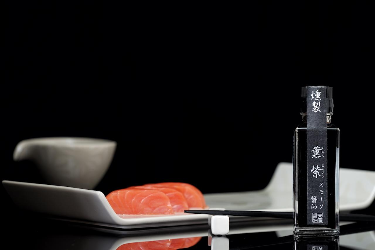 Die KAORU MURASAKI Sojasauce besticht durch ein natürliches Raucharoma. Der Umami-Nachgeschmack ist nahezu unschlagbar