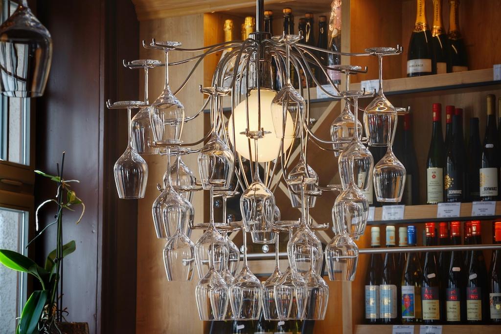 Ursprünglich war die leuchtende Weinglassammlung ausschließlich als Stehlampe zu erwerben, doch der italienische Designer stellte kurzerhand ein Unikat fürs Weinhaus her