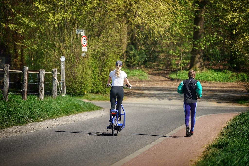"""Wenn der """"Wanderer"""" auf dem Lopifit 5 km/h erreicht, übersetzt das Lopifit diese 5 km/h in eine Fahrgeschwindigkeit von bis zu 25 km/h"""