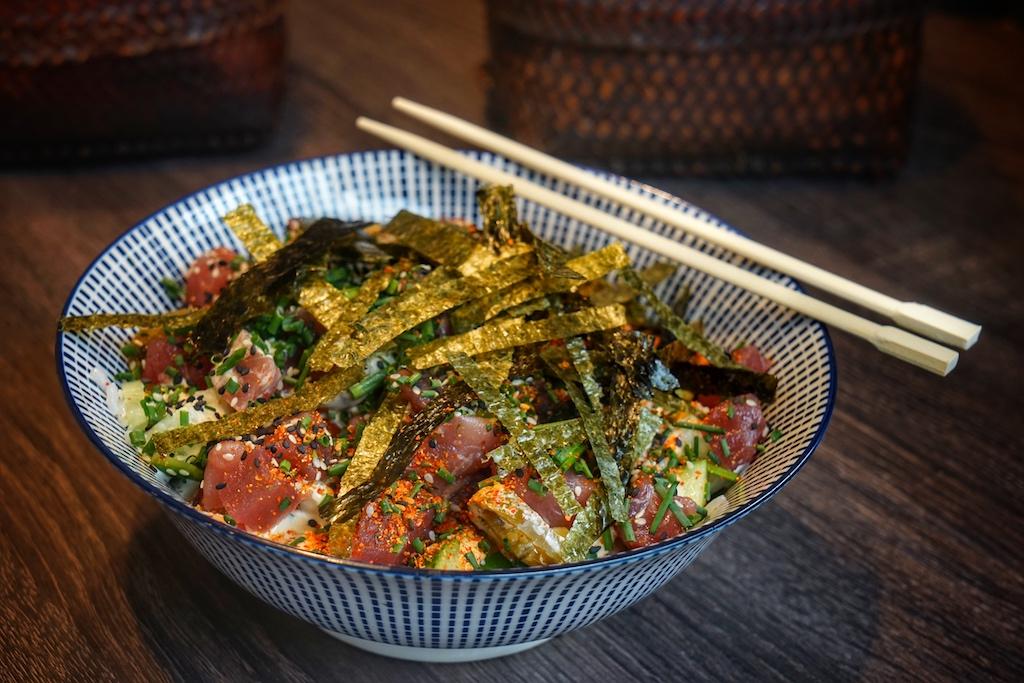 Irizake Sashimi ist eine echte Alternative zur traditionellen japanischen Sojasauce, sie wird aus Sake und eingelegten Pflaumen sowie getrocknetem Bonito hergestellt. Sie ist vielseitig einsetzbar und verfeinert u.a. Gerichte mit Fisch und Salaten