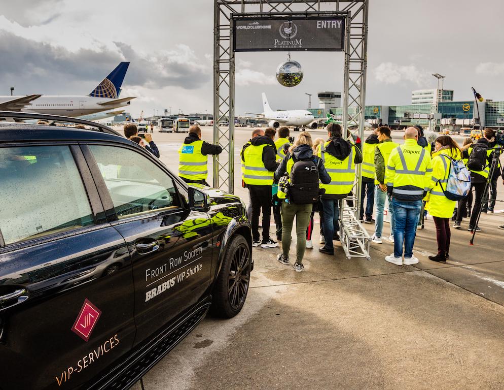 Der Zero G Flieger auf der Einfahrt zur Parkposition - die internationale Presse ist schon in Warteposition