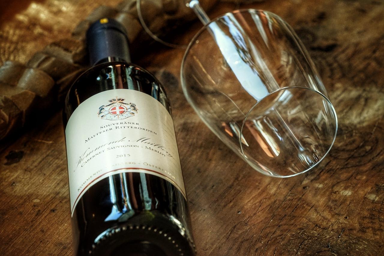 Kommende Mailberg 2015 des Schlossweinguts Souveräner Malteser Ritterorden ist ein Wein für Liebhaber kräftiger Rotweine, die die authentische Würze Österreichs widerspiegeln. Land-, Forst- und Weinwirtschaft prägen seit Menschengedenken diese Region. Lenz Moser überzeugt hier mit Qualität und famosem Geschmack