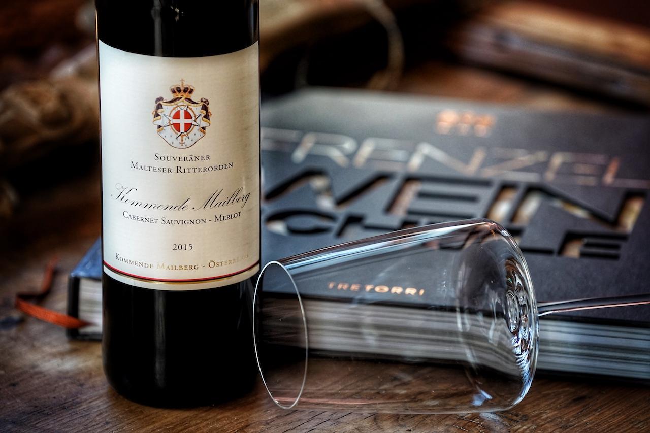 Zu einem großartigen Rotwein gehört ein stilechtes Glas, das ist die Kunst zu genießen. Zwiesel setzt mit der Simplify Kollektion auf einen modernen Look. Simplify gilt als Gourmet-Serie, die den Aromen unterschiedlicher Rebsorten gerecht wird. Für den Genuss der Cuvée Kommende Mailberg empfiehlt sich das Simplify Glas für würzige und kräftige Weine