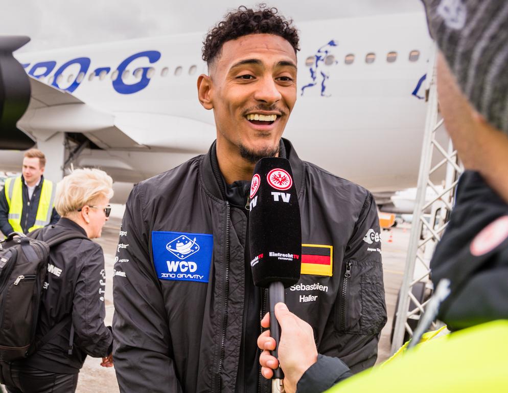 Auch der französische Fußballspieler Sébastien Haller - der als Stürmer beim Bundesligisten Eintracht Frankfurt unter Vertrag ist - musste Rede und Antwort stehen, ob er sein erstes Tor in der Schwerelosigkeit schießen konnte