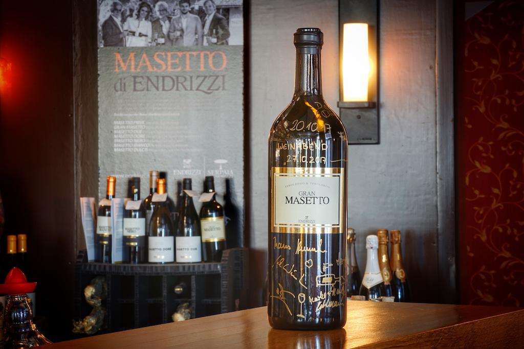Lieblingswein: Der Gran Masetto des Weinguts Endrizzi hat viele Verehrer, wie unschwer anhand der Unterschriften auf der Flasche zu erkennen ist