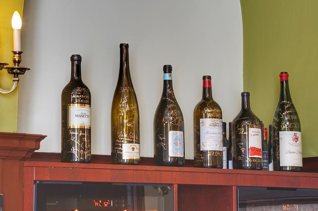 Das Weinmenü gehört exklusiv den Erzeugnissen eines Weinguts. Im Anschluss verewigen sich die Teilnehmer auf einer geleerten Flasche