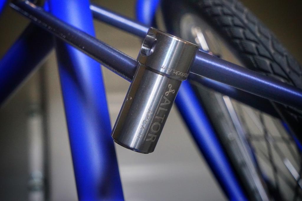 Das APEX Ti legt man - wie jedes andere Fahrradschluss - dort an oder um, wo es den höchsten Schutz bietet