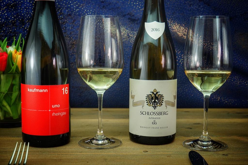 Zwei unterschiedliche Weinanbaugebiete, zwei großartige Weine: In den Farben seiner Heimat, der Schweiz, präsentiert Urban Kaufmann seine Rheingauer Weine, hier den 2016 UNO. Vom sonnenverwöhnten Kaiserstuhl durfte ein 2016 Schlossberg Grauburgunder GG des Weinguts Franz Keller genossen werden