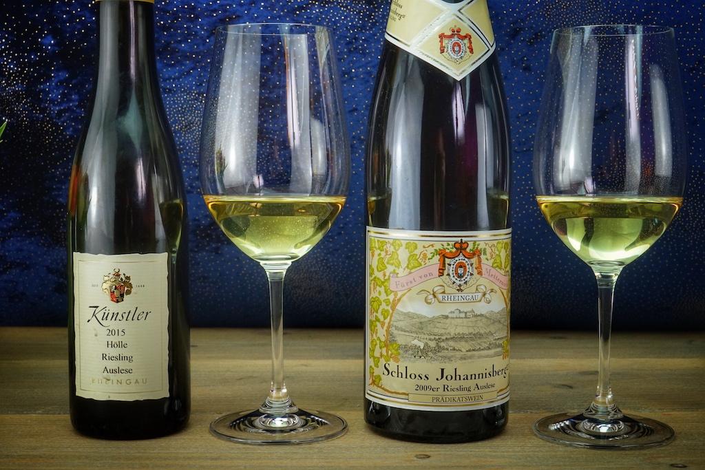 2015 Hochheimer Hölle Riesling Auslese sowie 2009 Schloss Johannisberg Riesling Auslese - zwei hervorragende deutsche Prädikatsweine der dritten Qualitätsstufe: Auslese. Nur vollreife, handverlesene Trauben werden für diese weißen Tropfen verwendet. Im Rheingau weisen sie mindestens einen Oechslegrad von 95 auf