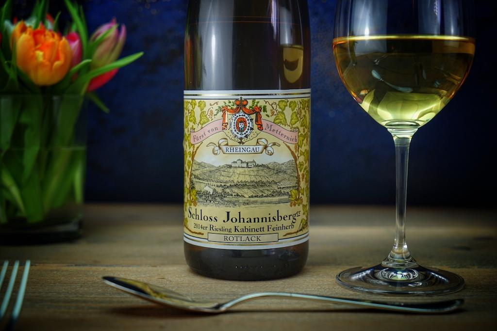 Seit 1720 baut man auf dem Grund und Boden von Schloss Johannisberg ausschließlich Riesling an. Seit Generationen haben sich hier Connaisseure auf dem Gebiet des Rieslings entwickelt. Die Qualitätsstufen werden durch unterschiedlich gefärbte Kapseln gekennzeichnet. Rotlack steht bei diesem Prädikatswein für den Kabinettausbau