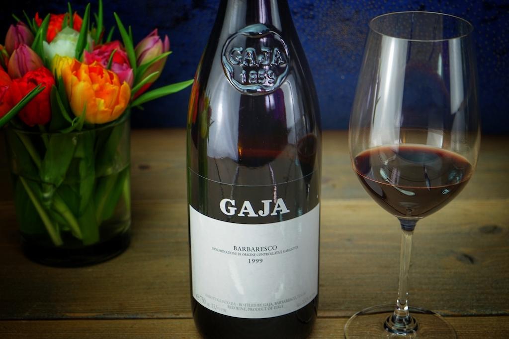 Einen Barbaresco aus dem Jahr 1999 offerierte Gaia Gaja unter anderem zu der Taube. Die Gemeinde Barbaresco ist der Stammsitz der Familie Gaja und dieser klassische Barbaresco ihr Aushängeschild. Die Essenz der Nebbiolo-Trauben aus 14 verschiedenen Weinbergen der Gemeinde Barbaresco findet sich in diesem voluminösen, dennoch seidigen Wein