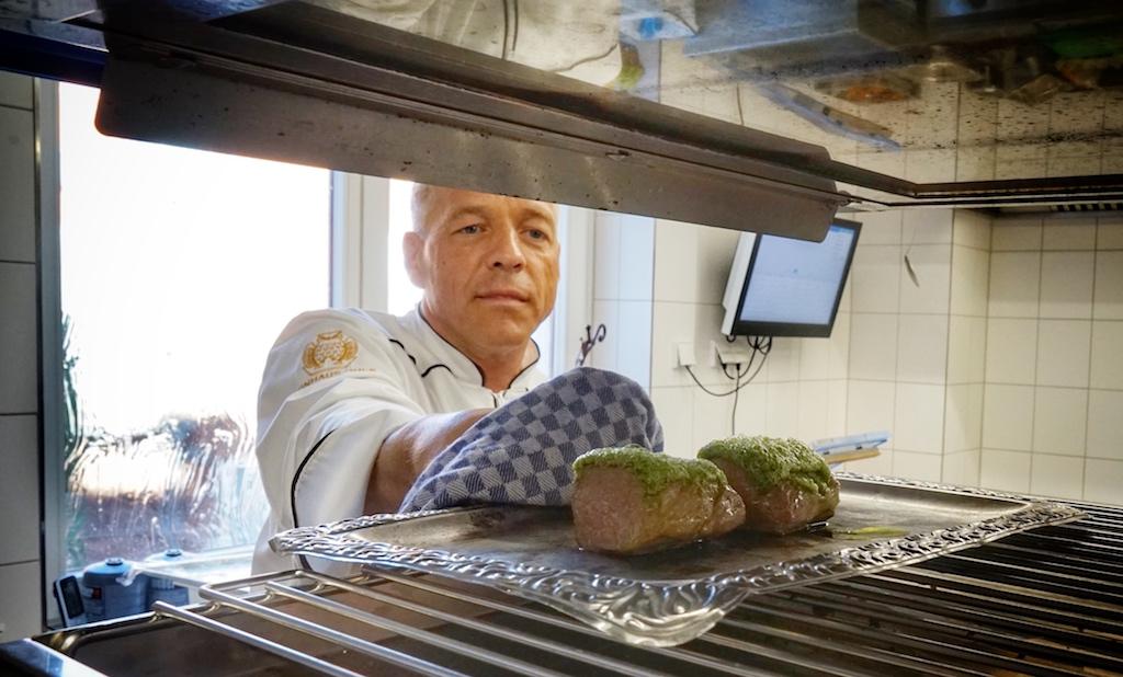 """Küchenchef Holger Mootz weiß was er tut. Beim diesjährigen Wettbewerb """"Koch des Jahres"""" ist er in Essen, auf dem Geländes des UNESCO Weltkulturerbe Zeche Zollverein mit von Partie, um für das leibliche Wohl des Publikums zu sorgen"""