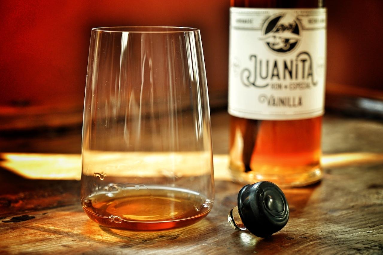 Auch aus größeren, bauchigen Wein- oder Wassergläsern – sofern diese dünnwandig sind – kann Rum genossen werden. Spezielle Degustationsgläser sind nicht von Nöten