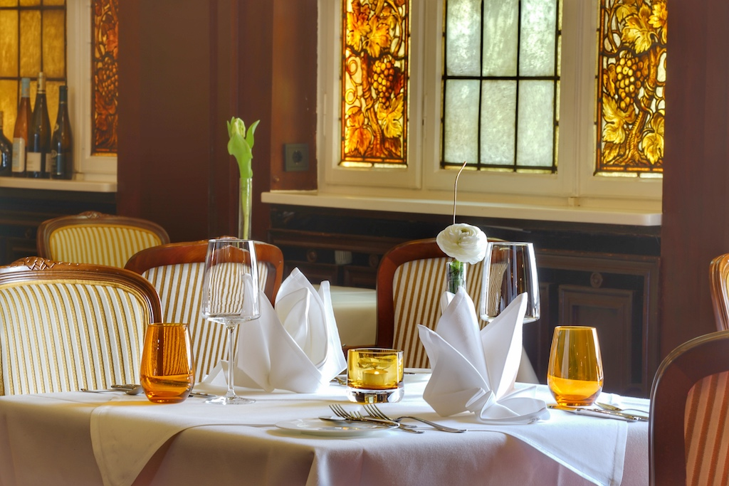 Distinguiert, der historischen Umgebung entsprechend, werden die Tische elegant in Weiß gedeckt. Nicht nur Gemäuer und Fenster wurden liebevoll restauriert, auch dem Interieur verpassten die Frymarks ein stilvolles Update