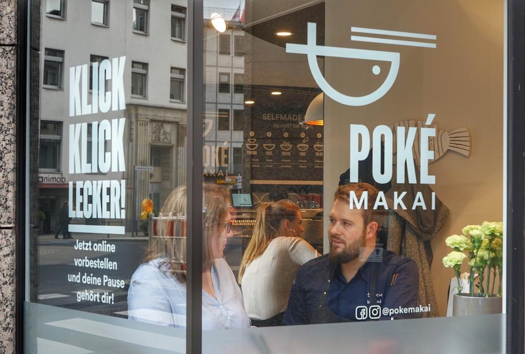 """Mirko Gaul (re.), Chef des Sternerestaurants """"taku"""", hob im April letzten Jahres das Poké Makai aus der Taufe und etablierte es in Kölns kulinarischer Szene"""