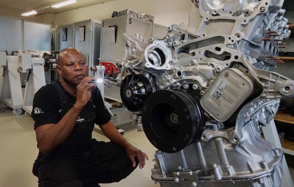 Ob ein Hochleistungsaggregat mit bis zu 900 PS oder einen 6 Zylinder Motor mit 170 PS mit aus dem Jahre 1969 - bei BRABUS wird alles bis ins Detail demontiert und neu aufgebaut