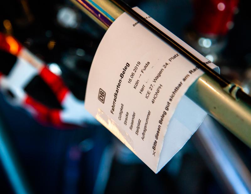 Ein Fahrradticket im internationalen Verkehr muss in Deutschland vor Fahrtantritt am Schalter für 10 Euro gebucht werden. Der Preis inklusive Stellplatzreservierung beträgt 10 Euro. Eine Onlinebuchung ist nicht möglich / © FrontRowSociety.net, Foto: Georg Berg