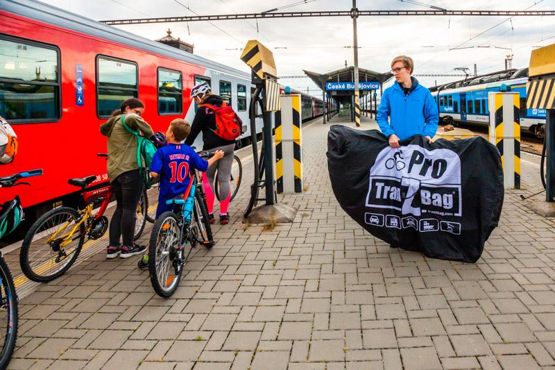 Vernetzte Verkehrsmittel: Noch auf dem Bahnsteig von Budweis werden die Räder startklar gemacht / © FrontRowSociety.net, Foto: Georg Berg