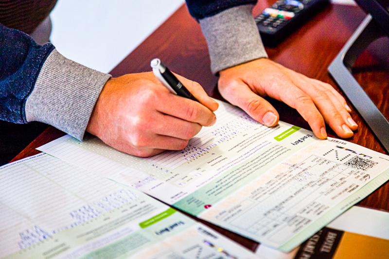 Vor Fahrtantritt müssen alle Reisedetails ins Reisetagebuch eingetragen werden, denn nur so ist der Interrail-Pass als Ticket gültig / © FrontRowSociety.net, Foto: Georg Berg
