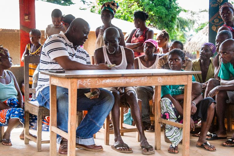 In Sierra Leone ist es üblich, dass Reisegruppen sich mit einem Gastgeschenk beim Dorfältesten vorstellen. Geld ist immer willkommen. Es kann für die gemeinschaftlich besprochenen wichtigsten Angelegenheiten eingesetzt werden / © FrontRowSociety.net, Foto: Georg Berg