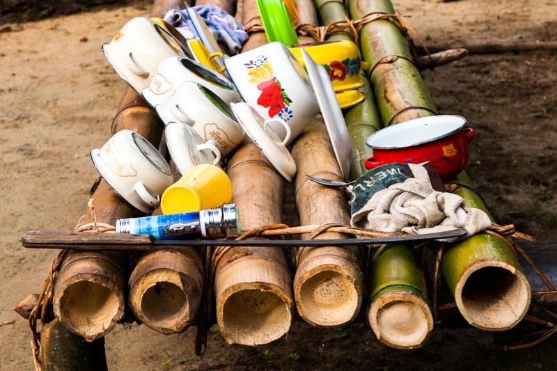 Der Abwasch trocknet in einem Camp auf Tiwai-Island, Sierra Leone/ © FrontRowSociety.net, Foto: Georg Berg