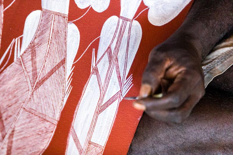 Künstler lassen sich von den klassischen Felsmalereien zu ihren Bildern inspirieren. Der feine Pinsel besteht aus den Fasern einer Schraubenpalme / © FrontRowSociety.net, Foto: Georg Berg