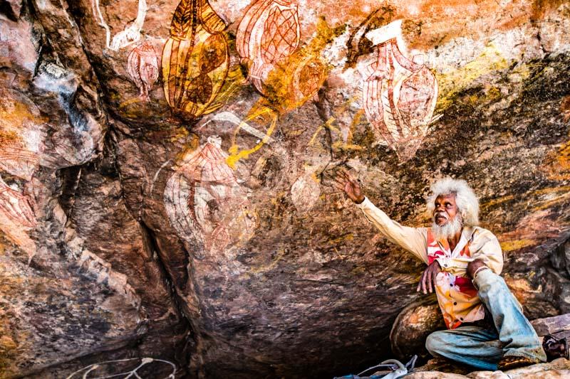 Thommo, den ich in Long Tom Dreaming fotografieren durfte, hält sich mit seiner großen Familie manchmal tagelang an solchen Orten auf. Er hat die Bilder auf sich wirken lassen und malt anschließend aus dem Gedächtnis die uralten Motive da wo er zu Hause ist / © FrontRowSociety.net, Foto: Georg Berg