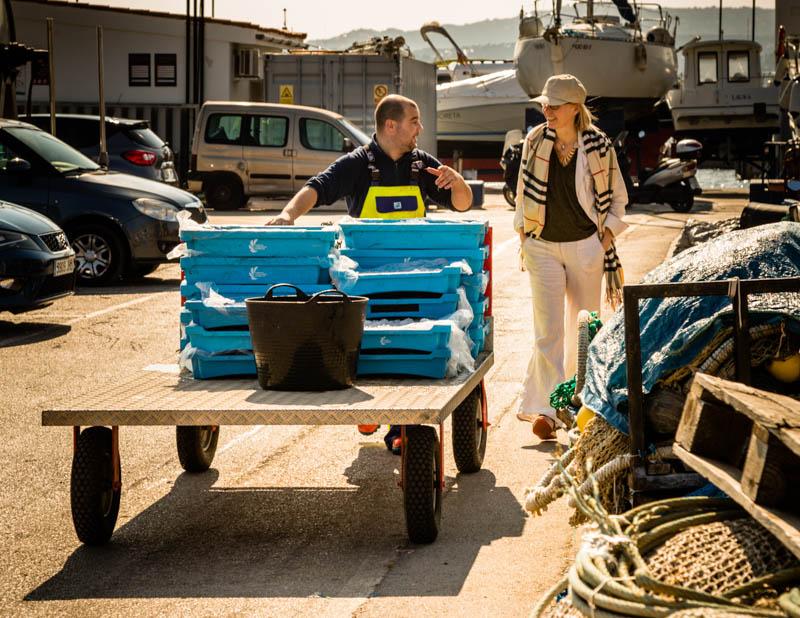 Wir begleiten Juan. Sein Schiff die Punta Aire ist das letzte an diesem Tag, das den Hafen erreicht. Mit dem Fang ist er ganz zufrieden. Rund 30 Kilo der roten Gambas in verschiedenen Größen sind ihm ins Netz gegangen / © FrontRowSociety.net, Foto: Georg Berg
