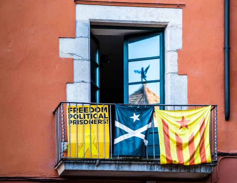 An vielen Stellen Kataloniens findet man Protest gegen die spanische Zentralregierung insbesondere aufgrund der Inhaftierung katalanischer Politiker und Aktivisten / © FrontRowSociety.net, Foto: Georg Berg