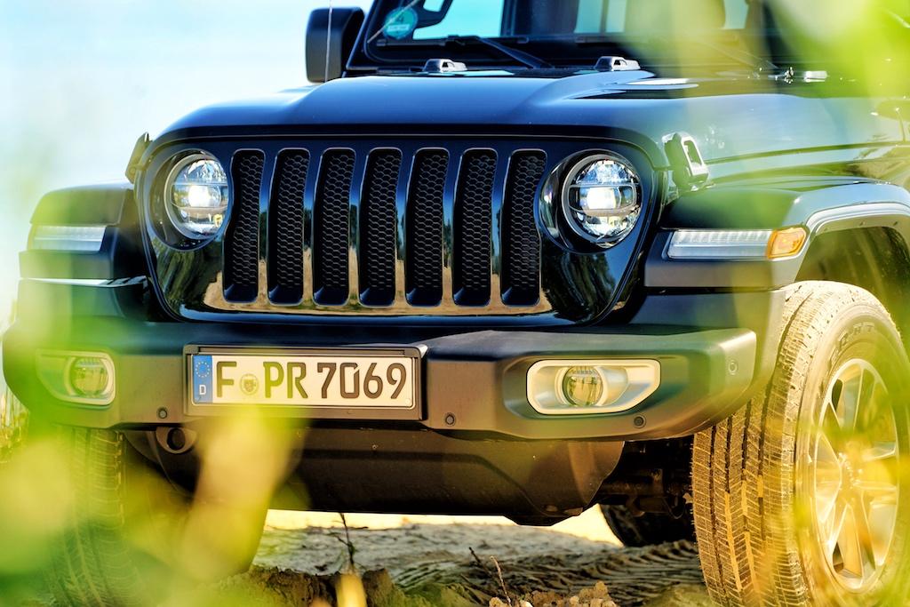 Markant und unverwechselbar, die Front des Jeep Wranglers