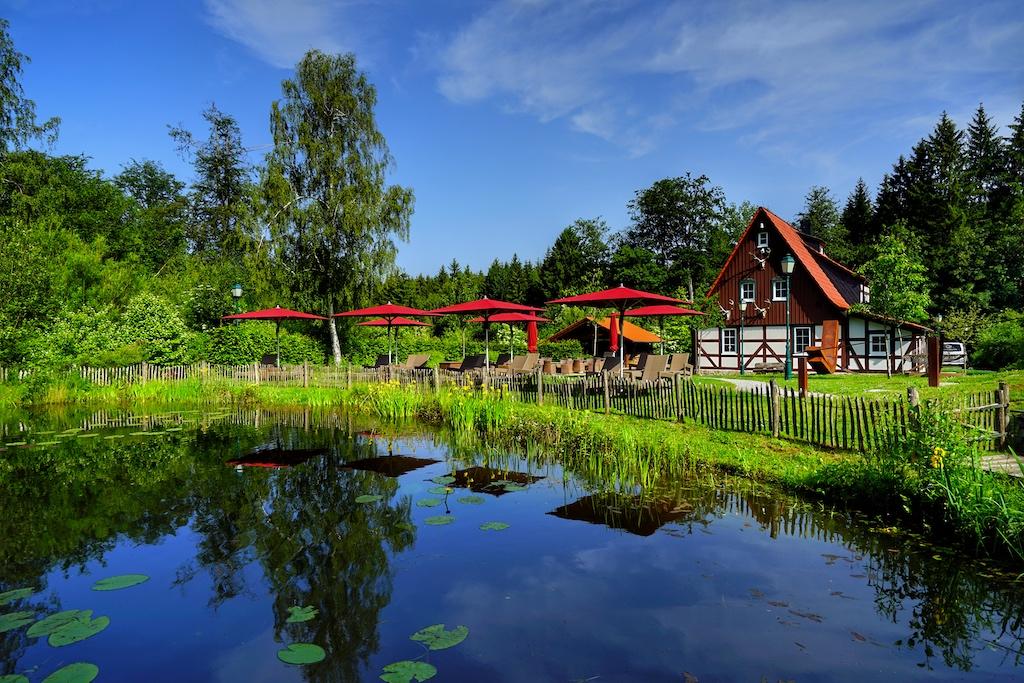 Im Hotelpark gelegen befindet sich das Jagdhaus Holzeule, ...