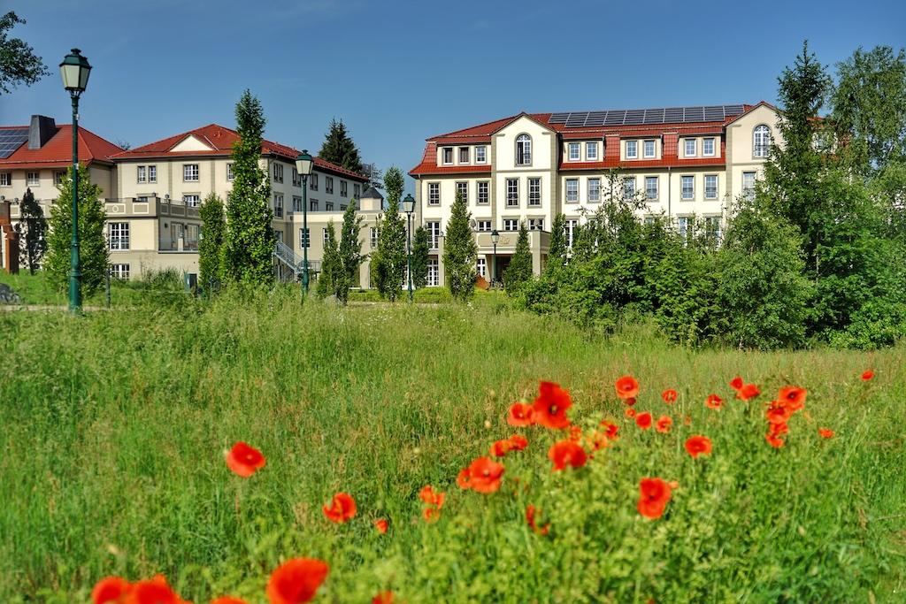 Nachhaltigkeit stehet im Fokus; rund um den Hotelpark blüht es in voller Pracht