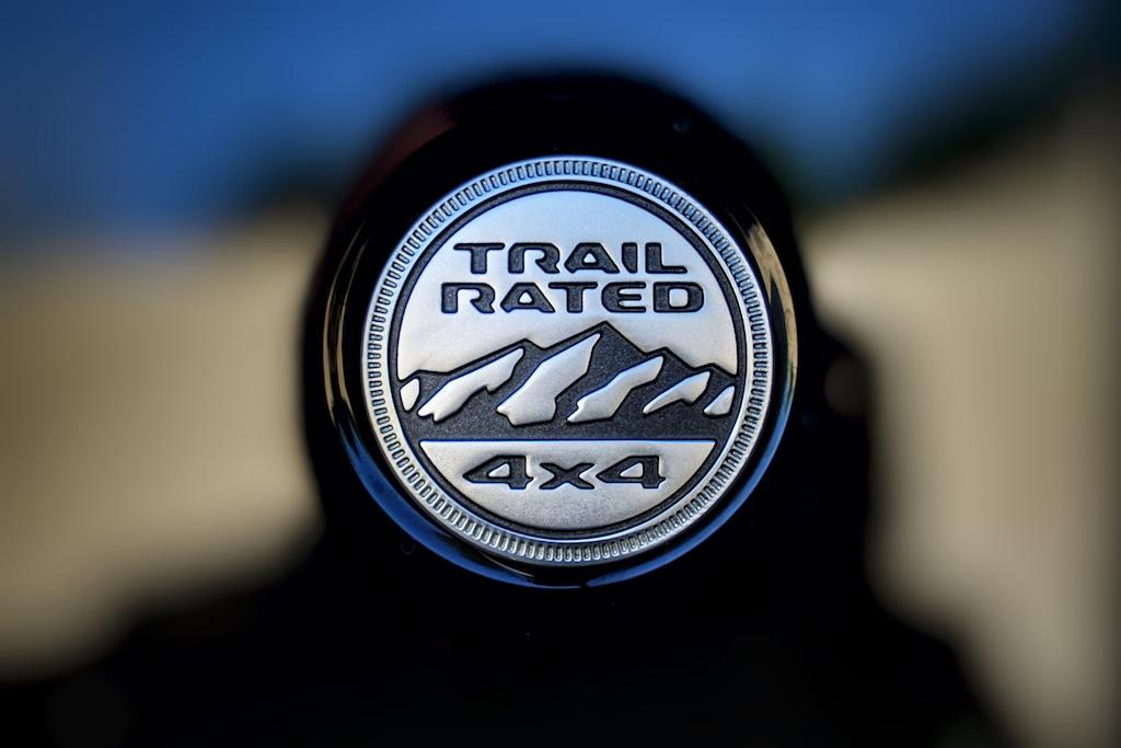 """Das Emblem """"Trail Rated"""" stellt klar, dass der Wrangler auch im anspruchsvollsten Gelände zurecht kommt"""