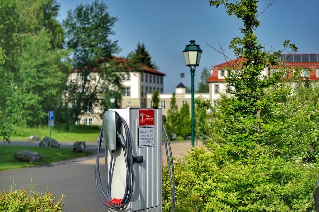 E-Tankstellen sind auf dem Parkplatz vor dem Resort vorhanden, auch für Tesla