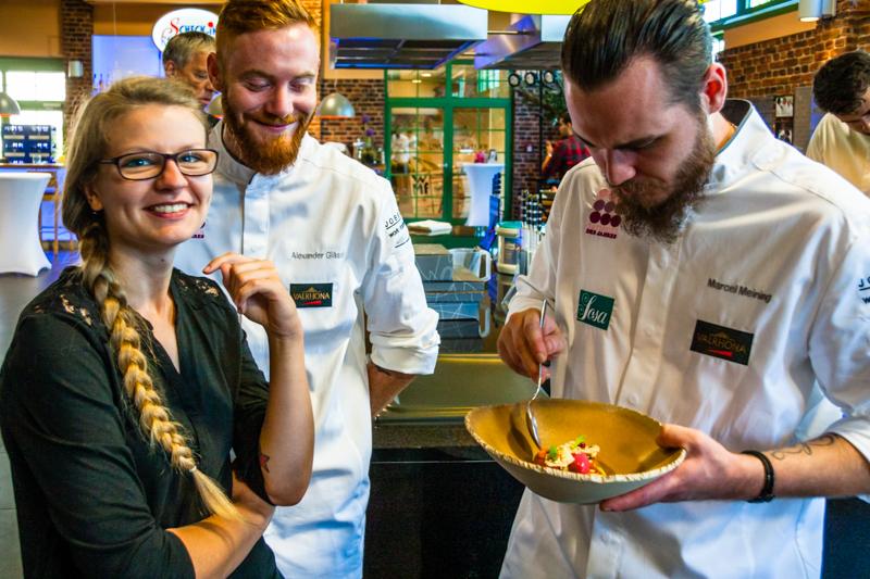Und wie kochen die anderen? Das Schöne auf dem Creative Stage zum Koch und Patissier des Jahres ist, dass sich alle auf Augenhöhe begegnen. In der geräumigen Event-Küche in Achern bei Baden-Baden probiert das Team vom Brückenbaron auch die Kreationen der Kollegen / © FrontRowSociety.net, Foto: Angela Berg